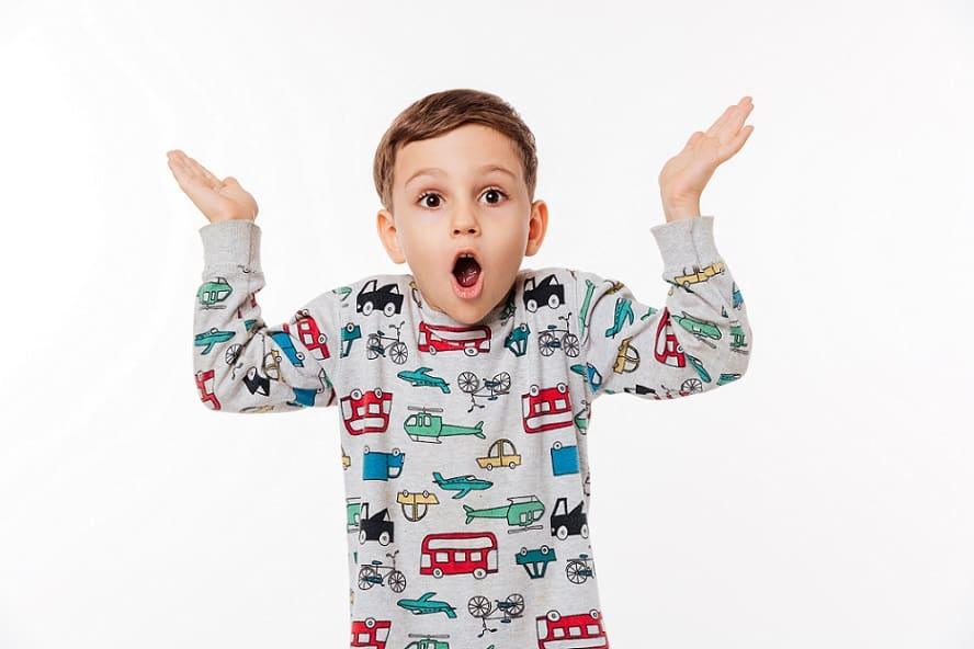 ילד מבולבל שעושה תנועה של שאלת שאלה