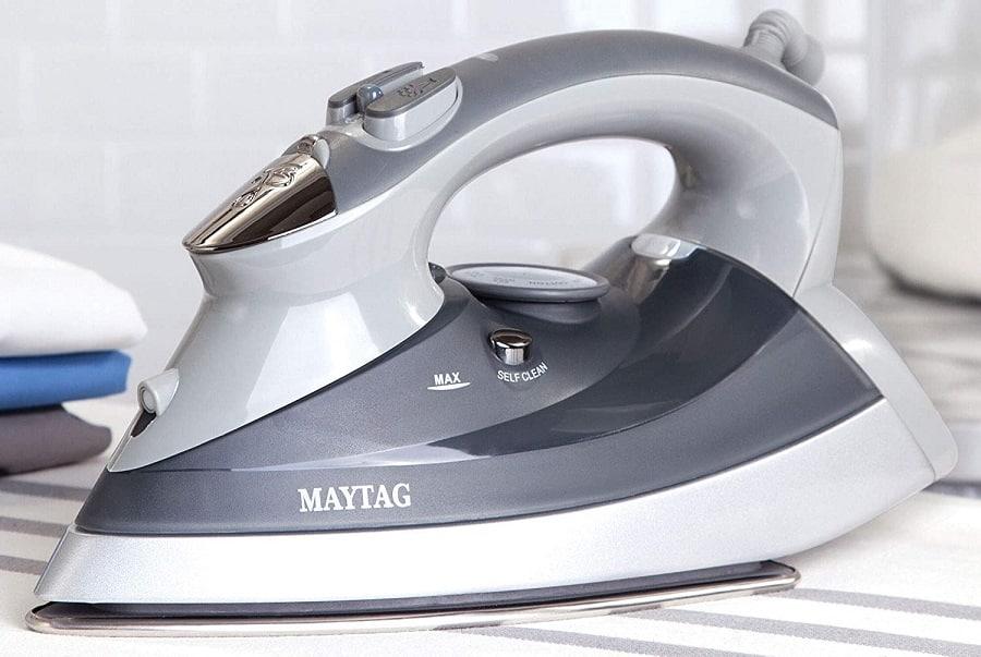 מגהץ אדים Maytag M400 עם זמן חימום מהיר ואפשרות לגיהוץ אנכי