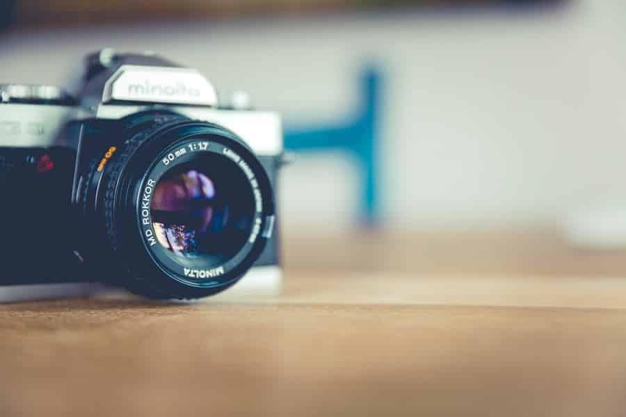 מצלמה מונחת על רצפה בצבע חום מאוד בהיר