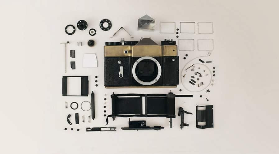 מצלמה מפורקת לחלקים שוכבת ליד כל החלקים שפורקו