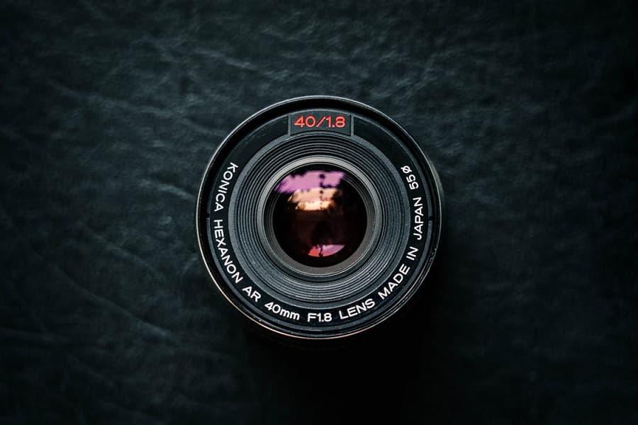 עדשה של מצלמה מונחת על משטח בצבע שחור