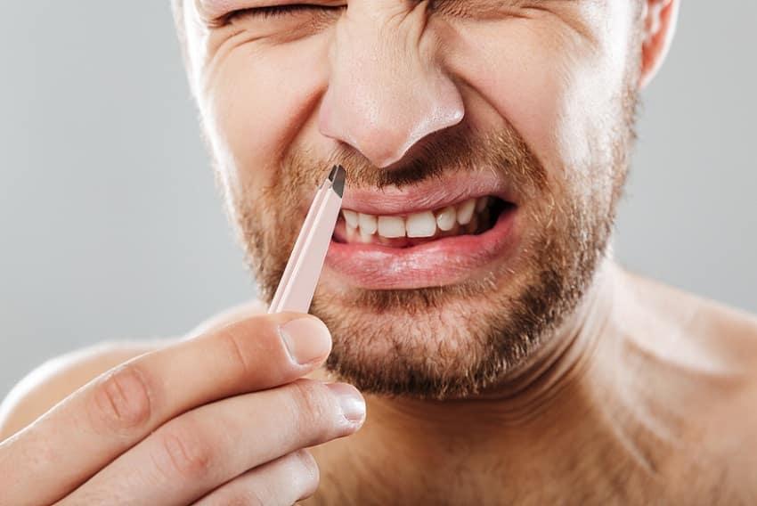 פרצוץ של כאב בזמן תלישת שיער מהאף עם פינצטה