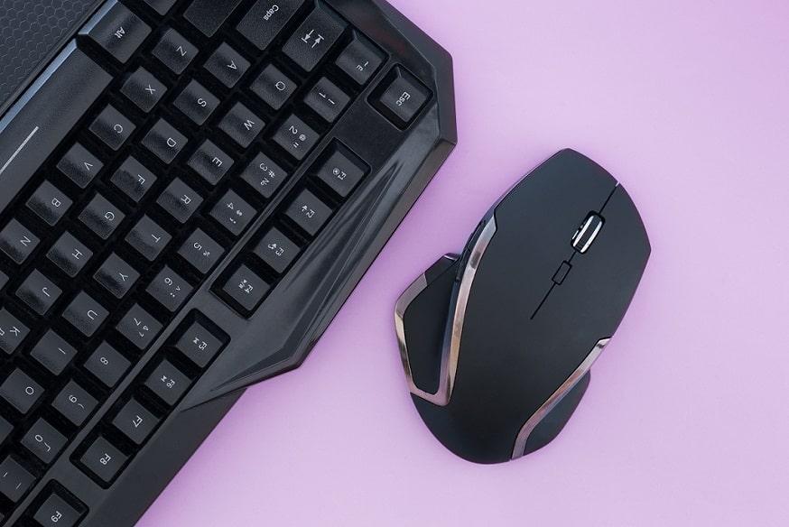 ציוד של מחשב מונח על רקע בצבע סגול