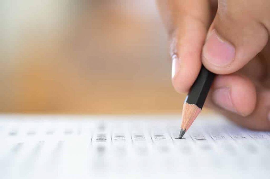יד מחזיקה עיפרון ומסמנת קריטריונים שונים ברשימה