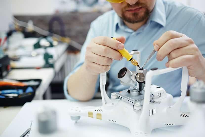 מהנדס מרכיב בקר אלקטרוני במעבדה ובודק אותו