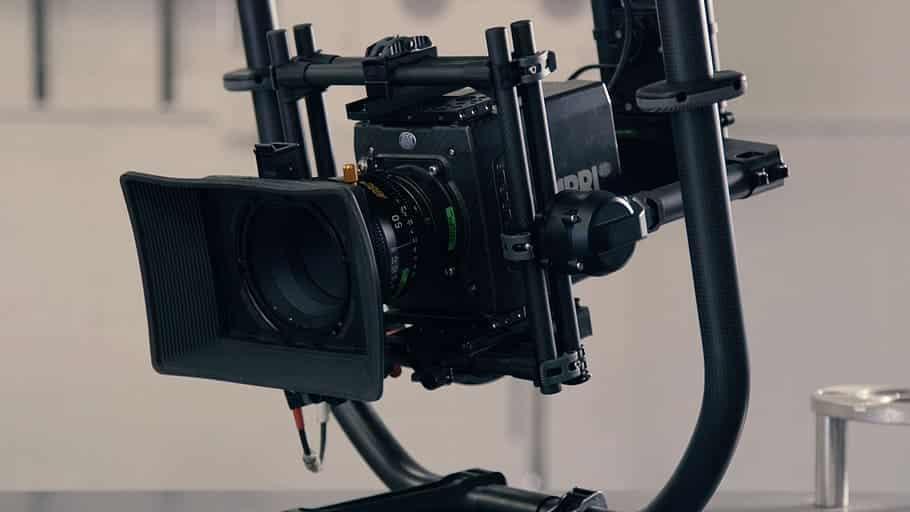 מצלמת וידאו מחוברת לכל מיני אביזרי צילום מקצועיים