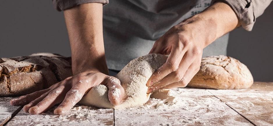 ידיים של גבר לשות בצק