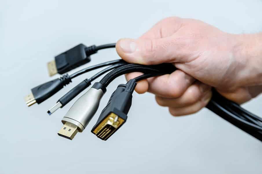 יד מחזיקה הרבה כבלים מסוגים ואורכים שונים