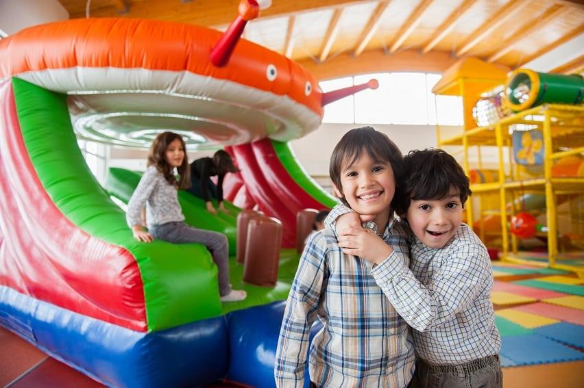 ילדים קטנים מתחבקים תוך כדי משחק עם חברים
