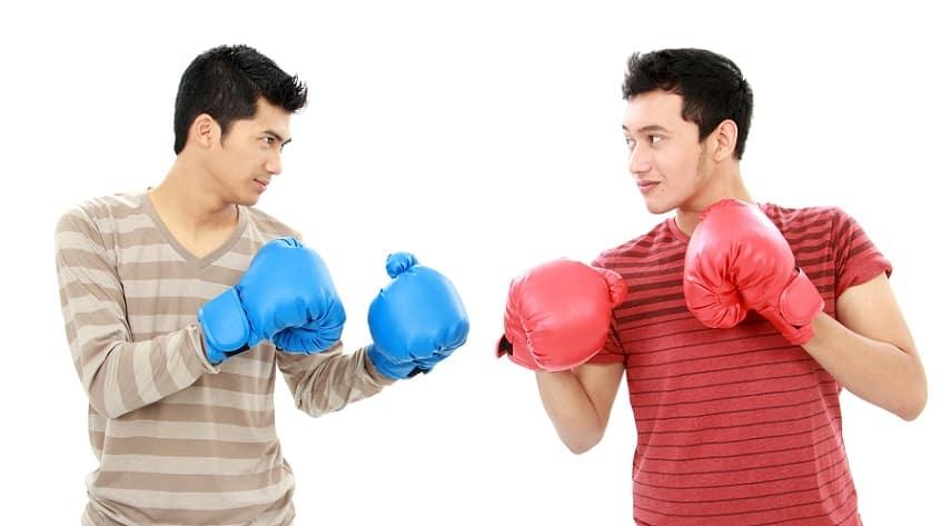 שני גברים עומדים עם כפפות איגרוף אחד מול השני מוכנים לקרב