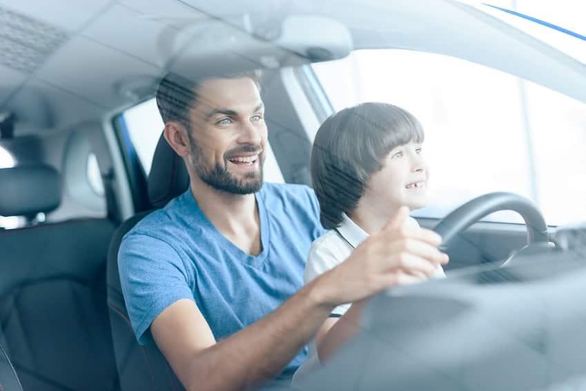 אבא מראה לבן שלו איך נוהגים באוטו בהנאה