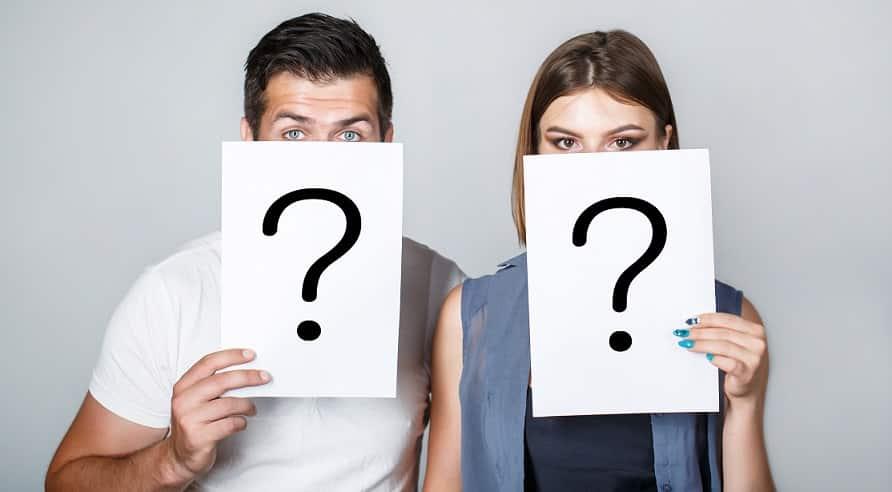 בחור ובחורה מחזיקים שלט לבן עם סימן שאלה