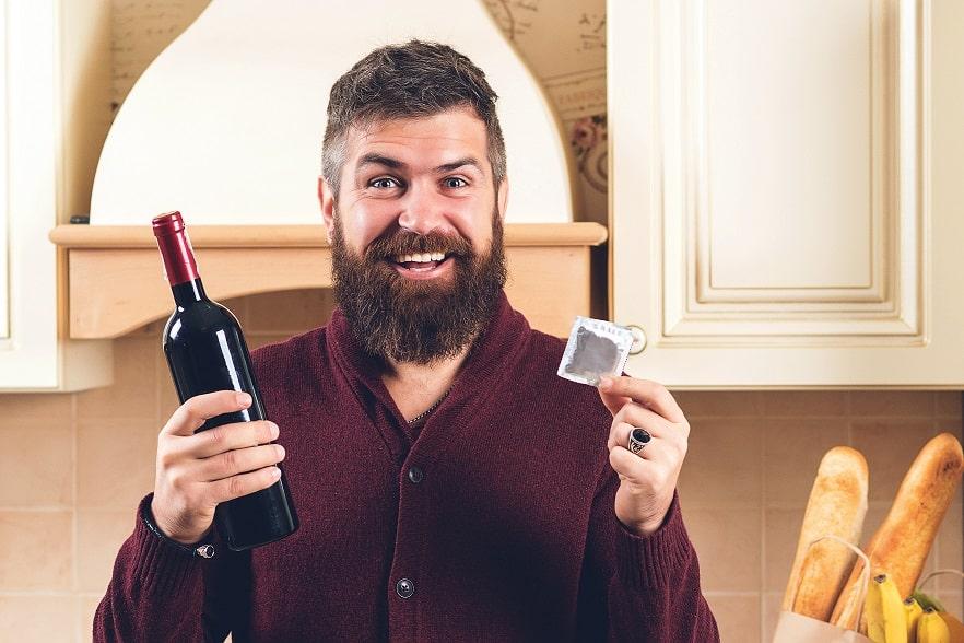 בחור מחזיק יין ביד לפני הדייט שלו