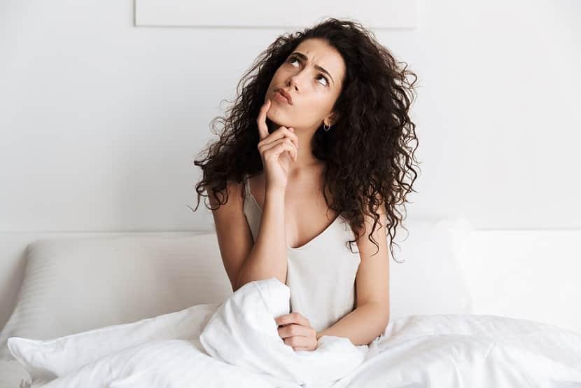 בחירה יושבת במיטה מסתכלת למעלה וחושבת על דברים