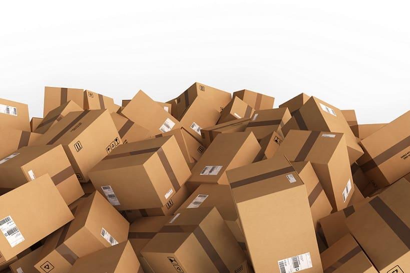 הרבה קופסאות קרטון רגילות ערומות אחת על השניה