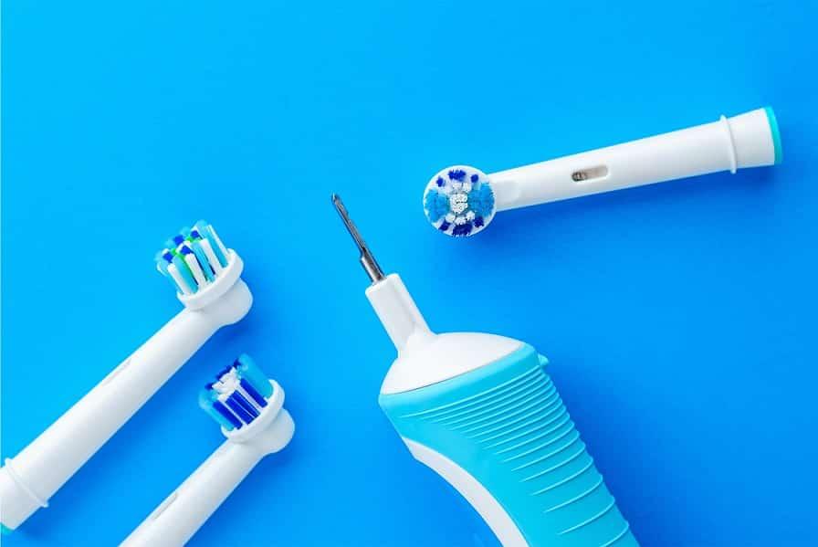 חלקים שונים של מכשיר לניקוי הפה מונחים אחד ליד השני