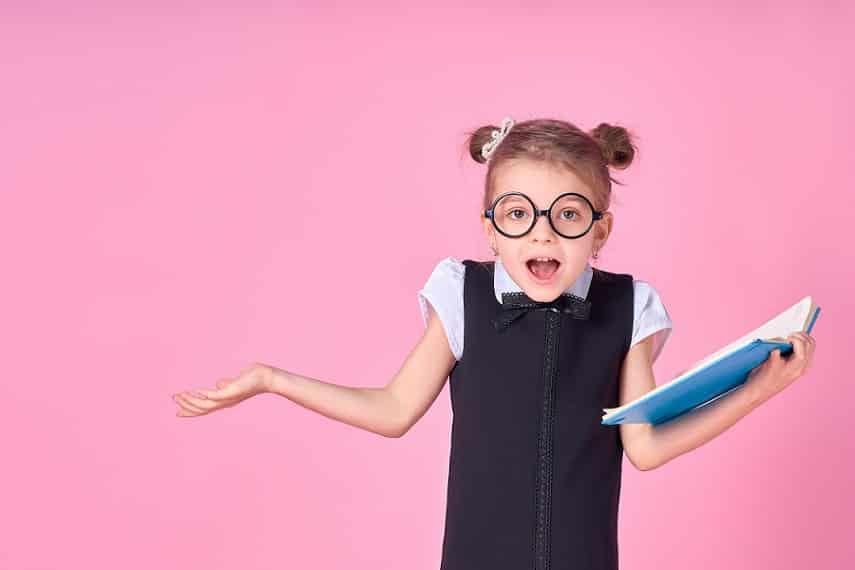 ילדה קטנה עם קוקיות עושה תנועה של שאלת שאלה כלשהי