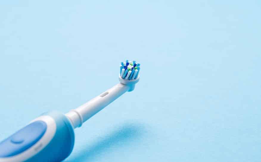 מברשת שיניים רוטורית שוכבת על הצד