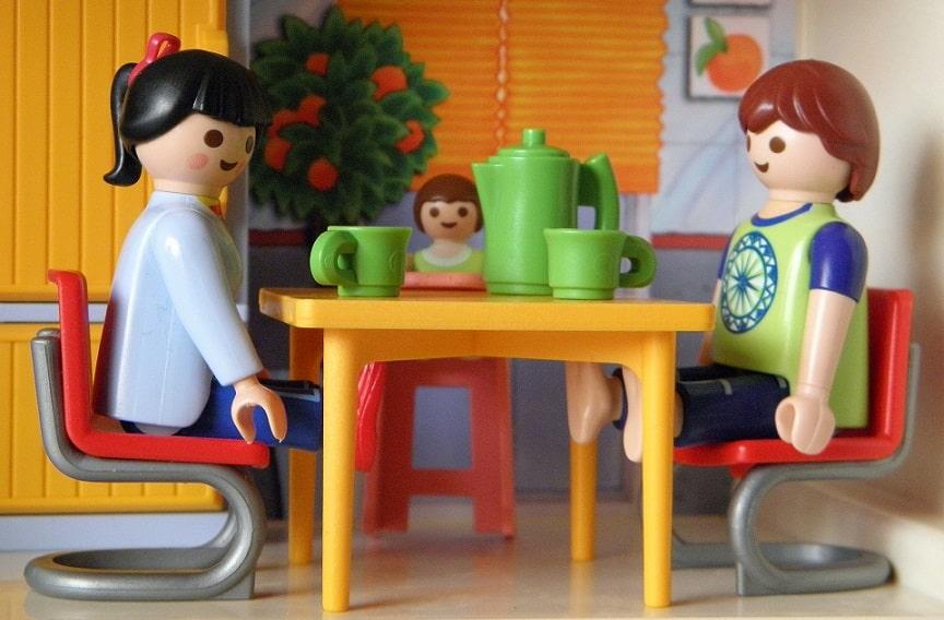 משפחה של צעצועים יושבת לשתות תה ביחד