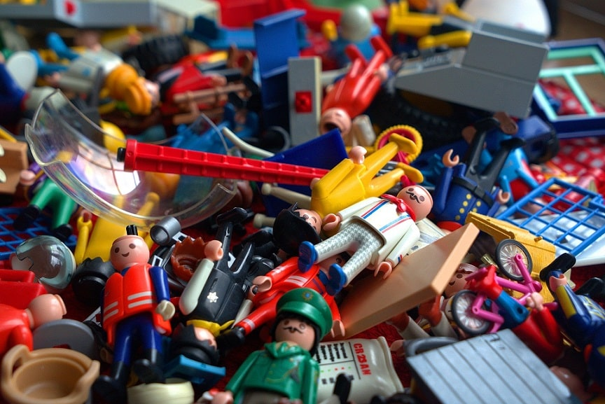 ערימה של צעצועי פליימוביל שונים ומגוונים