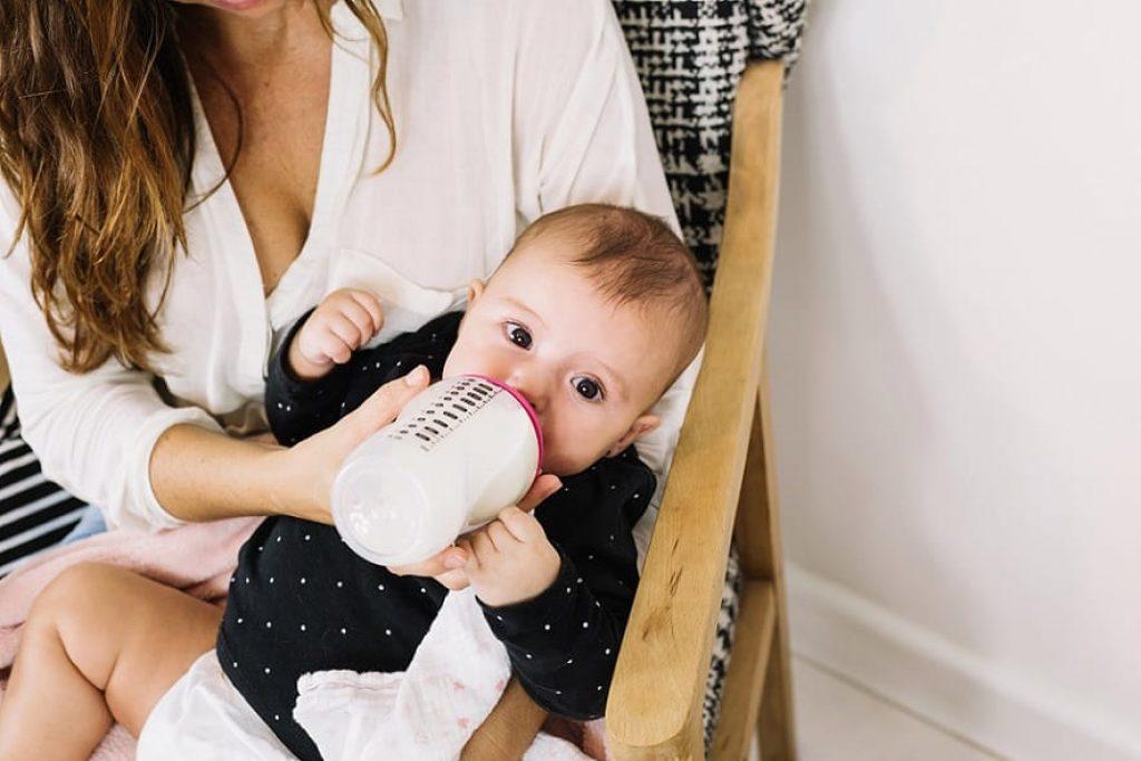 אמא מאכילה את הילד שלה עם חלב