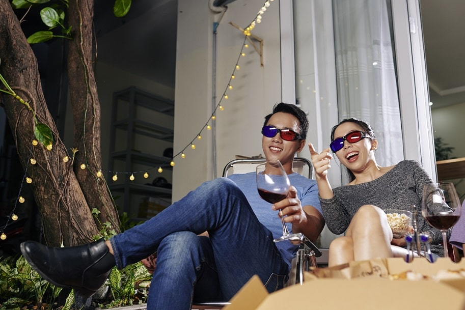 זוג צעיר מבלה ערב איכות וצופה בסרטים שונים