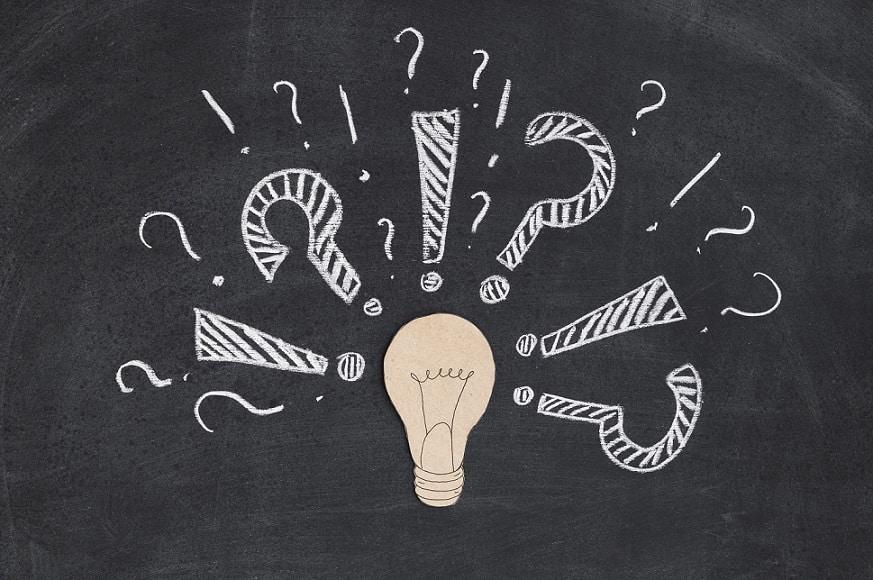 נורה של רעיונות עם סימני שאלה מסביב בגדלים שונים