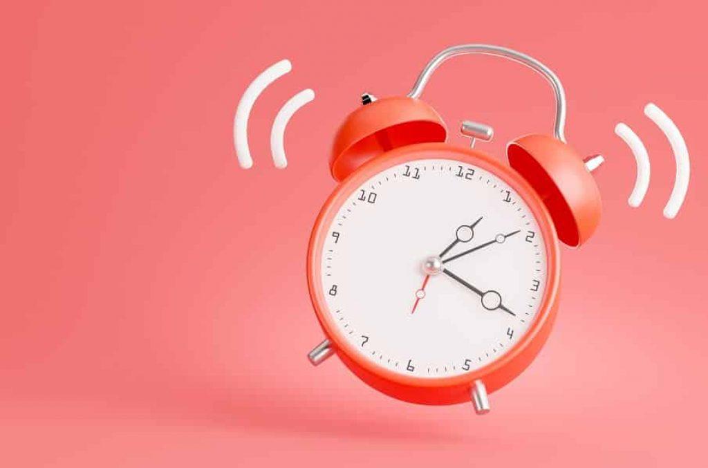 שעון וינטג' מצלצל על רקע אדום