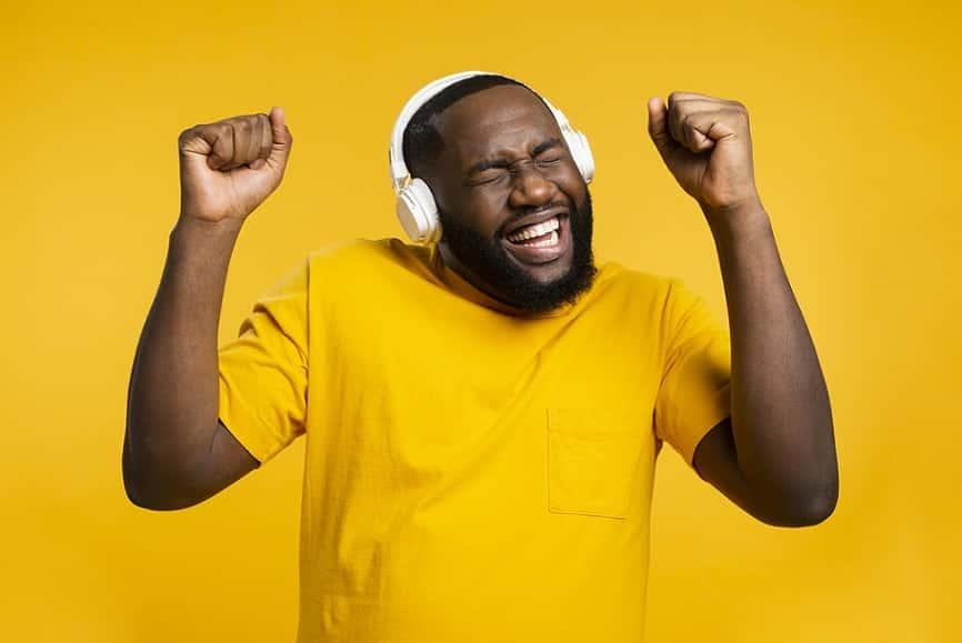גבר מקשיב למוזיקה שהוא אוהב ורוקד תוך כדי