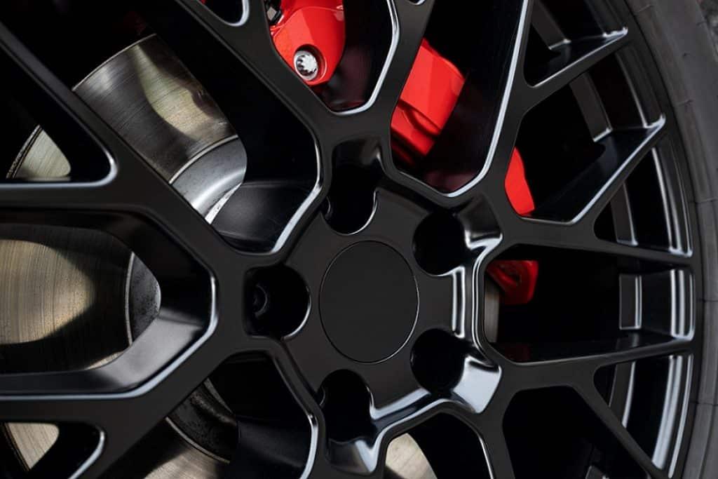 זום אין על בלמים של רכב עם גלגלים בצבע שחור