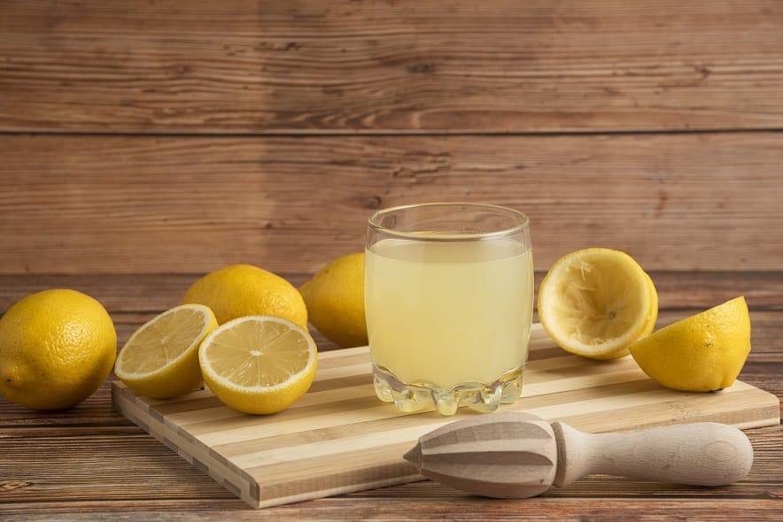 כל המרכיבים שצריך כדי להכין מיץ לימון יחד עם המיץ