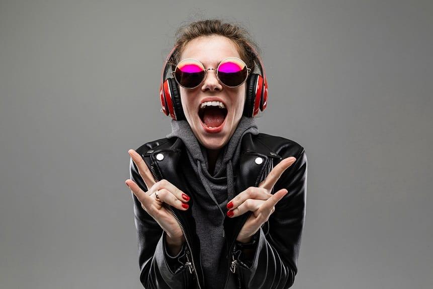 נער עם משקפיים מגניבים מקשיב למוזיקה ועושה תנועה של רוק