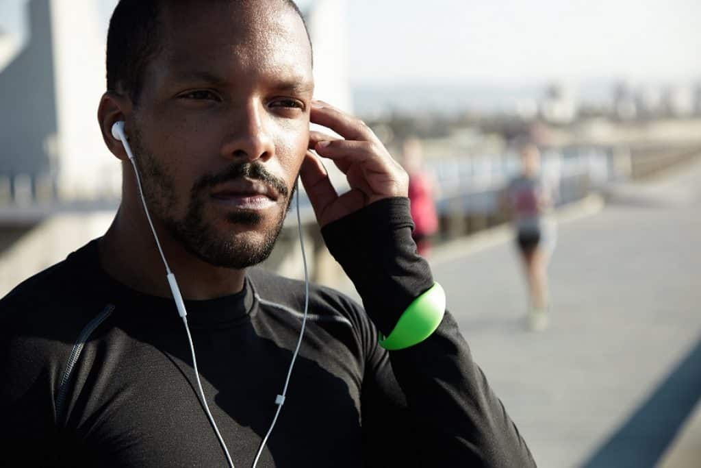 בחור נוגע באוזן בזמן ריצה