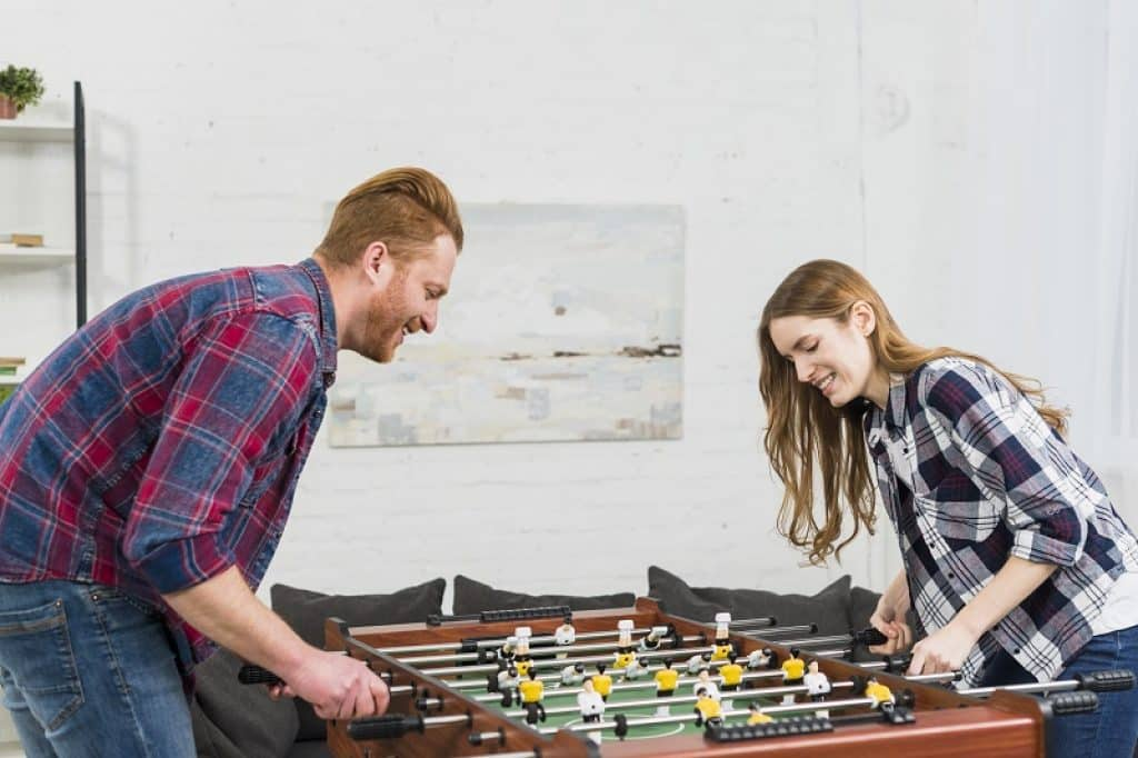 גבר אדמוני ומזוקן מתמודד מול בחורה עם חולצה משובצת