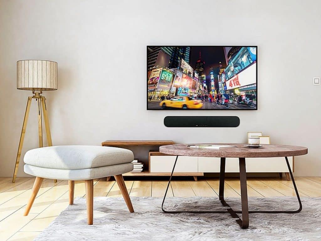 חלל בהיר עם שולחן וכסא מודרניים טלוויזיה ומנורה עומדת