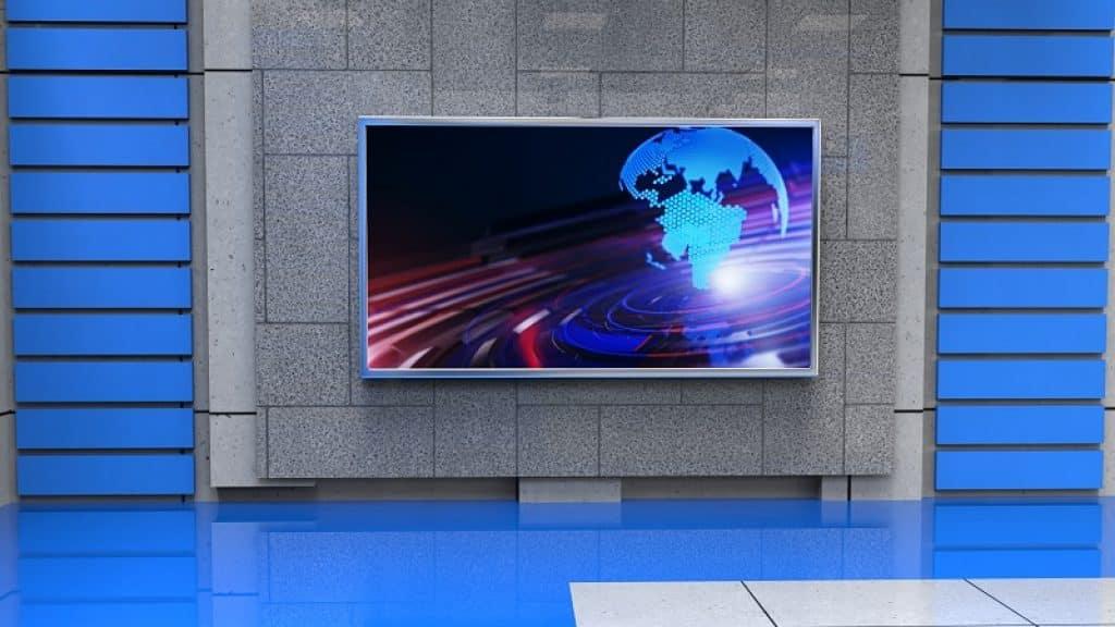 מסך תלוי על קיר שיש אפור וקיר כחול בצדדים