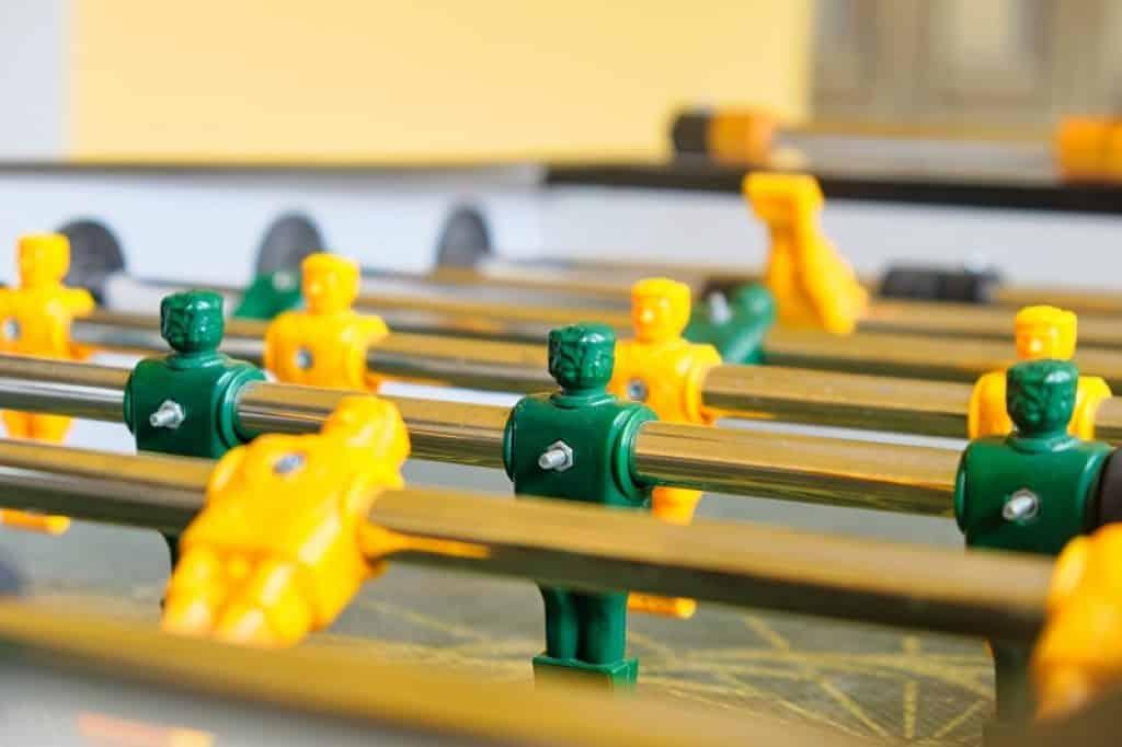 שחקנים ירוקים וצהובים במשחק כדורגל שולחן
