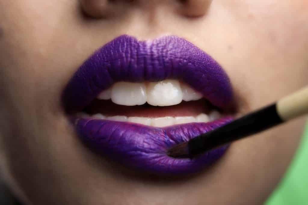 תקריב של שפתיים מרוחות בצבע סגול