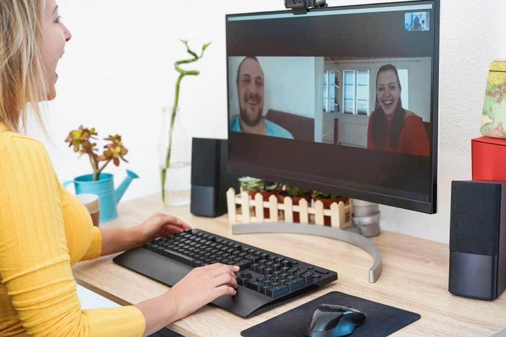 אישה עם חולצה צהובה בשיחה במצלמת רשת