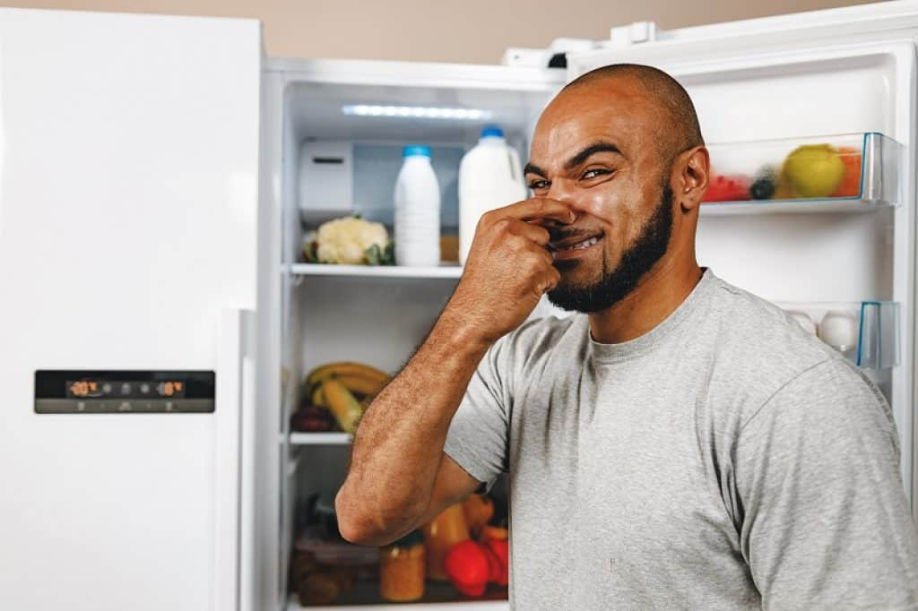 איש סותם את האף כי הוא מריח ריח רע