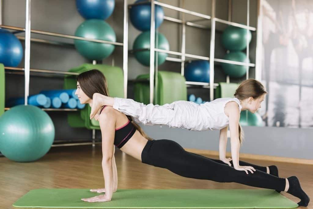 אמא וילדה מתרגלות יוגה ביחד