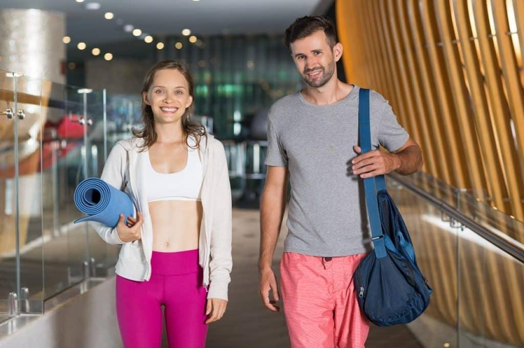 גבר ואישה הולכים הביתה אחרי שסיימו אימון