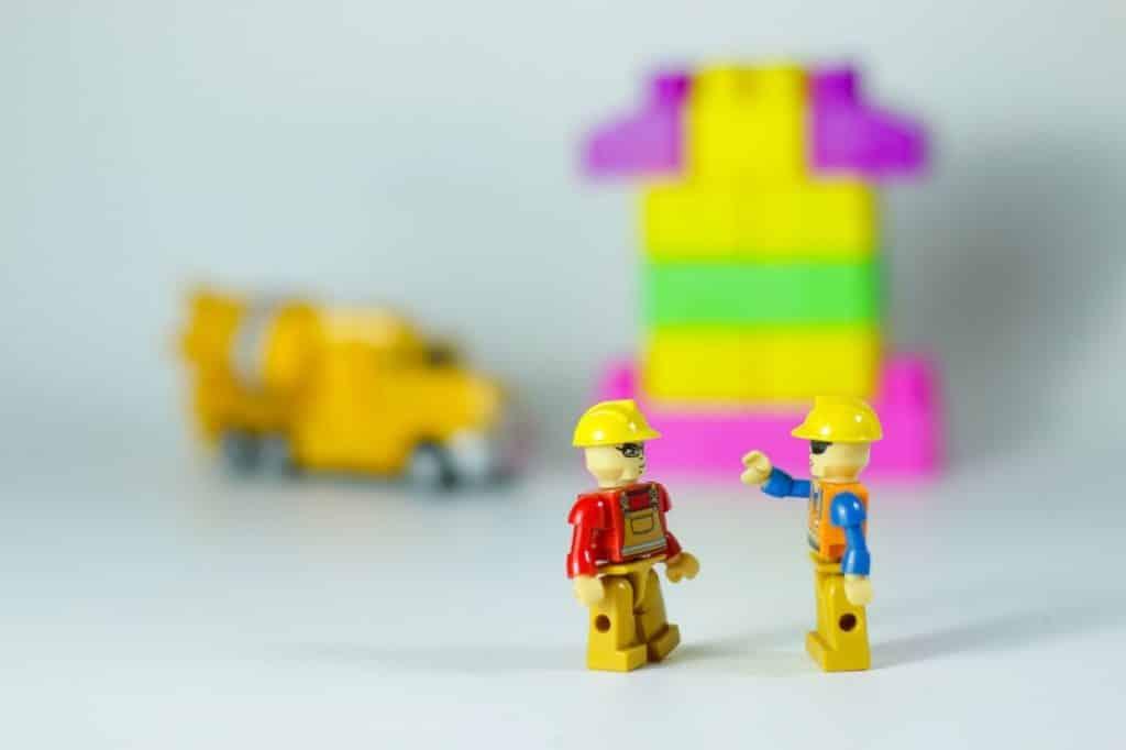 דמויות פלסטיק קטנות בתקריב