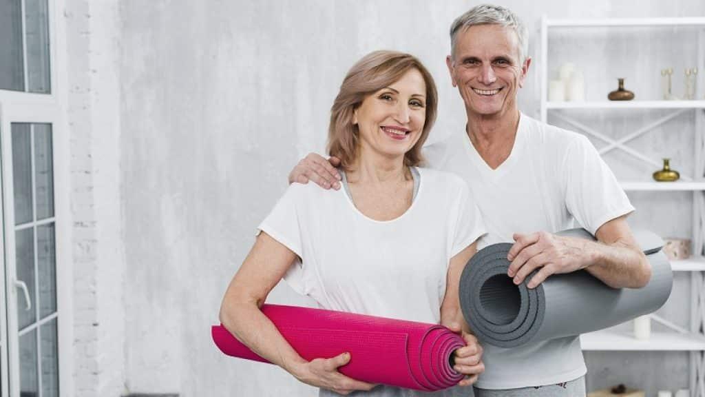 זוג מבוגר עומדים ומתחבקים לפני אימון
