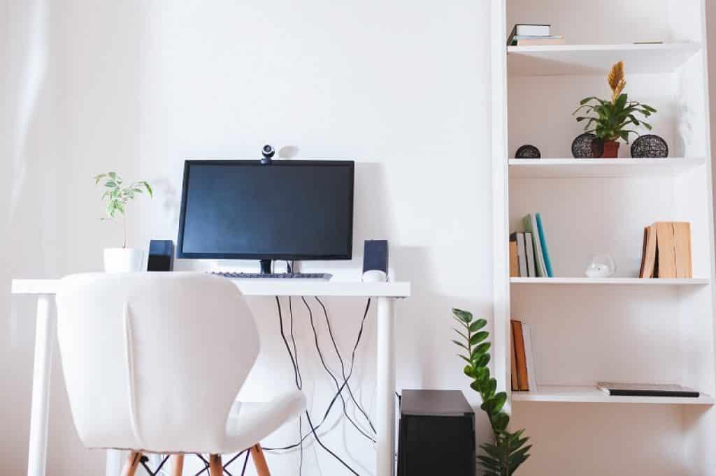 חדר עבודה אלגנטי עם שולחן מחשב ורהיטים בהירים