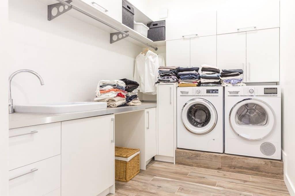 חדר שירות עם מכונת כביסה ומייבש כביסה