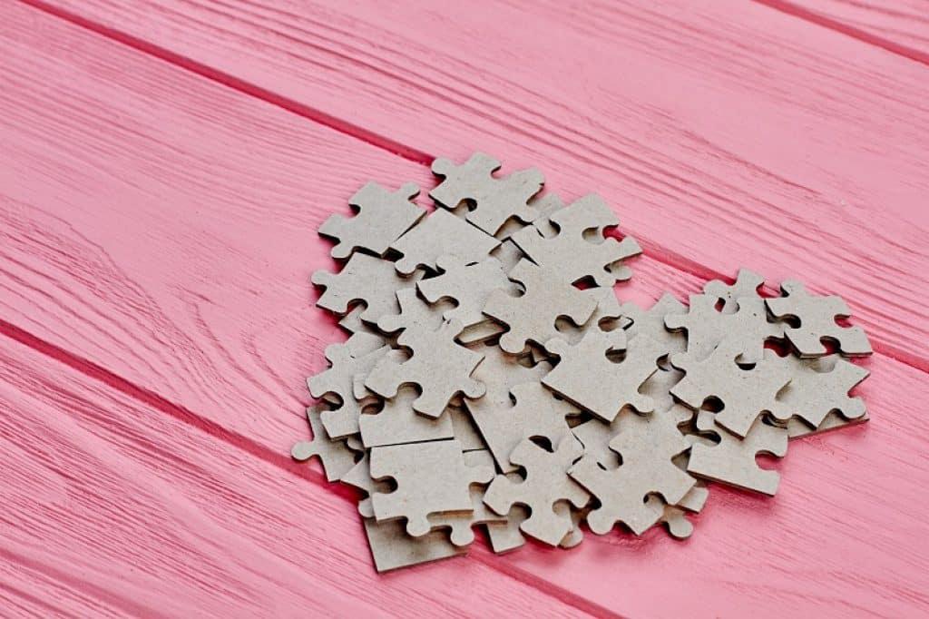 חלקים מקרטון מסודרים בערימה בצורת לב