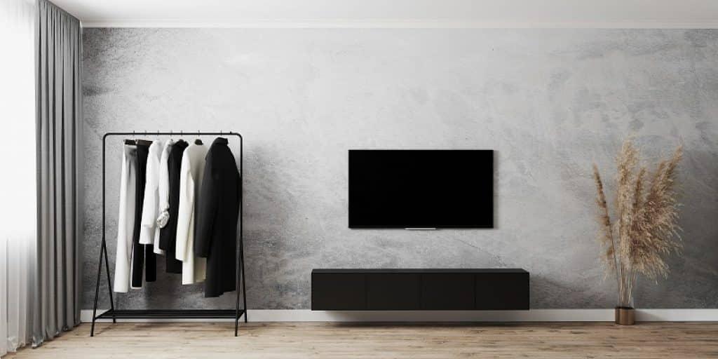 טלוויזיה תלויה על קיר אפור בסלון יוקרתי
