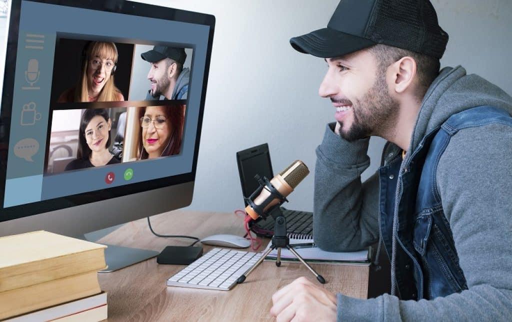 יוטיובר מצלמת אינטרנט ומיקרופון על שולחן עבודה מקרוב