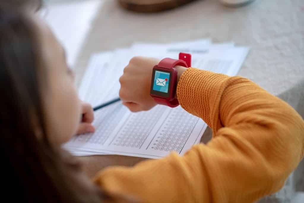 ילדה מכינה שעורי בית עם עיפרון
